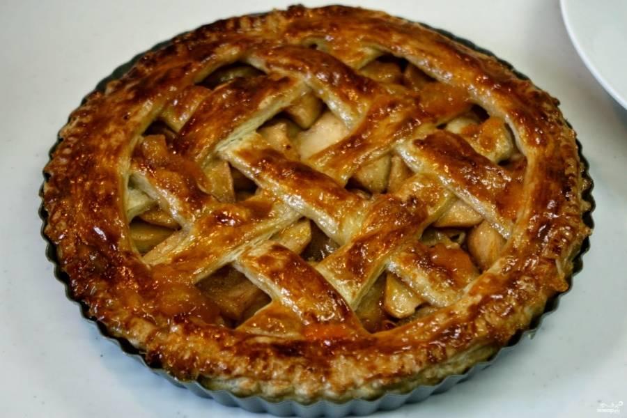 Запекайте пирог в разогретой до 200 градусов духовке 30 минут. Можете потом промазать пирог джемом абрикосовым.