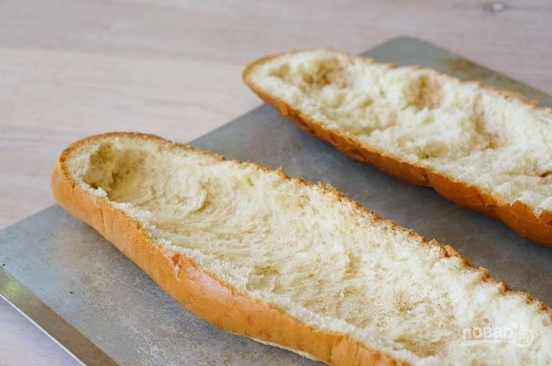 1.Заранее разогрейте духовку, гриль. Свежий багет разрежьте пополам, удалите часть мякиша, чтобы осталась корочка.