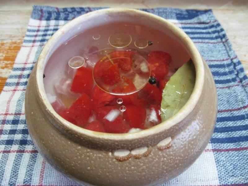 Залейте горшочек водой, добавьте оливковое масло. Накройте крышкой или фольгой и отправьте в холодную духовку. Нагрейте духовку до 180 градусов и готовьте минут 40-50.