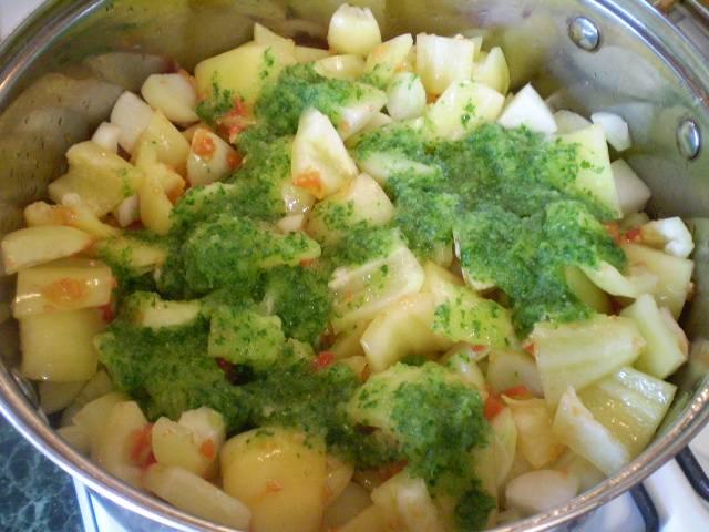 Перемешиваем. Добавляем зелень, соль, сахар, масло и уксус.