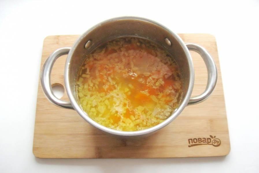 Приправьте суп лавровым листом, посолите по вкусу и варите до готовности всех ингредиентов.
