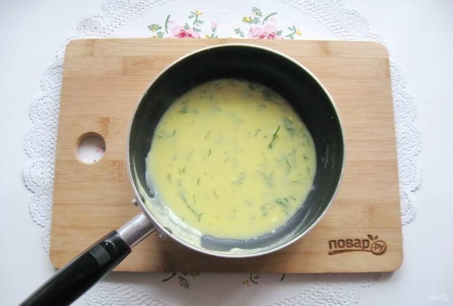 Укроп мелко нарежьте и добавьте в апельсиновый соус.