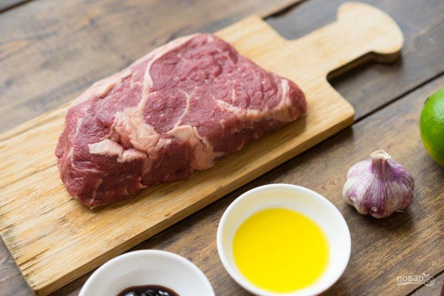 Мясо промойте и обсушите. Почистите и нарубите чеснок.