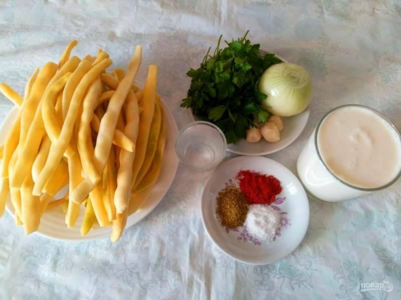 Подготовьте перечисленные ингредиенты. Овощи очистите, зелень промойте. Набор специй для этого блюда можно составлять по личным предпочтениям, аналогично подбирается и жирность сливок.