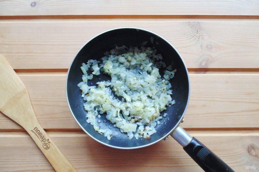 Пока тесто подходит, приготовьте начинку для пирожков. Репчатый лук мелко нарежьте и поджарьте в масле.