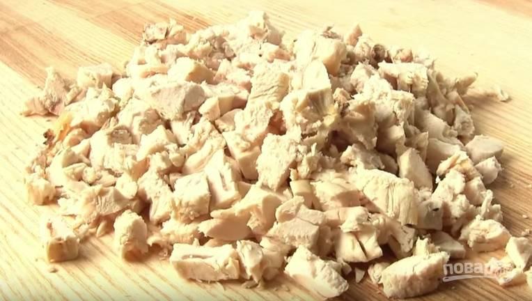 2. Отварите курицу. Филе нарежьте мелкими кубиками.