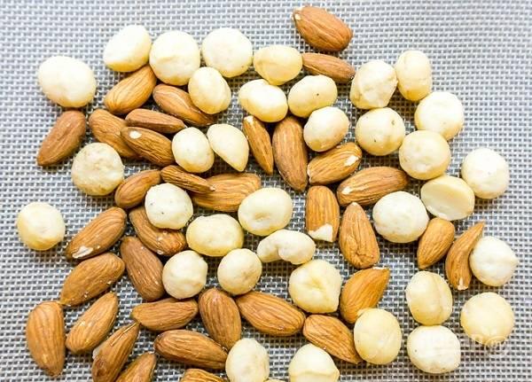 3. При температуре 175 градусов подсушите орешки в духовке минут 10-12.
