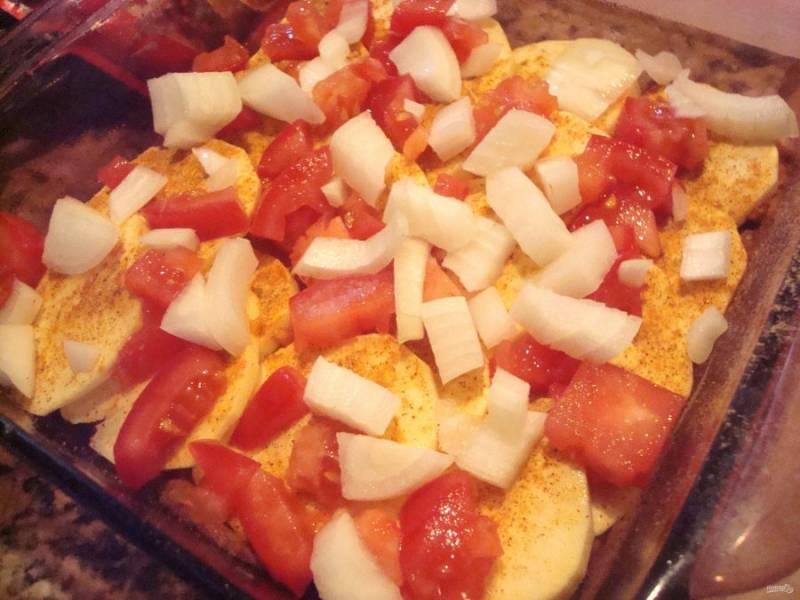 Далее нарежьте крупно лук и помидоры. Разложите их следующим слоем вместе с перцем чили. Затем натрите сыр.