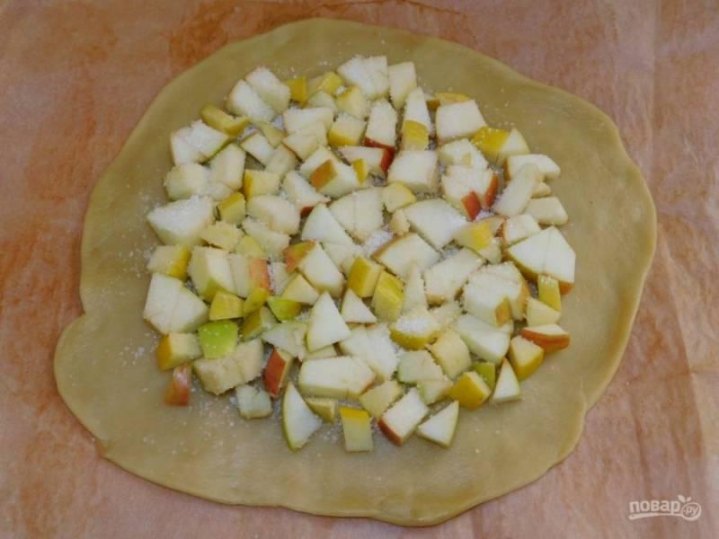 Разложите нарезанные яблоки. Сверху присыпьте сахаром.