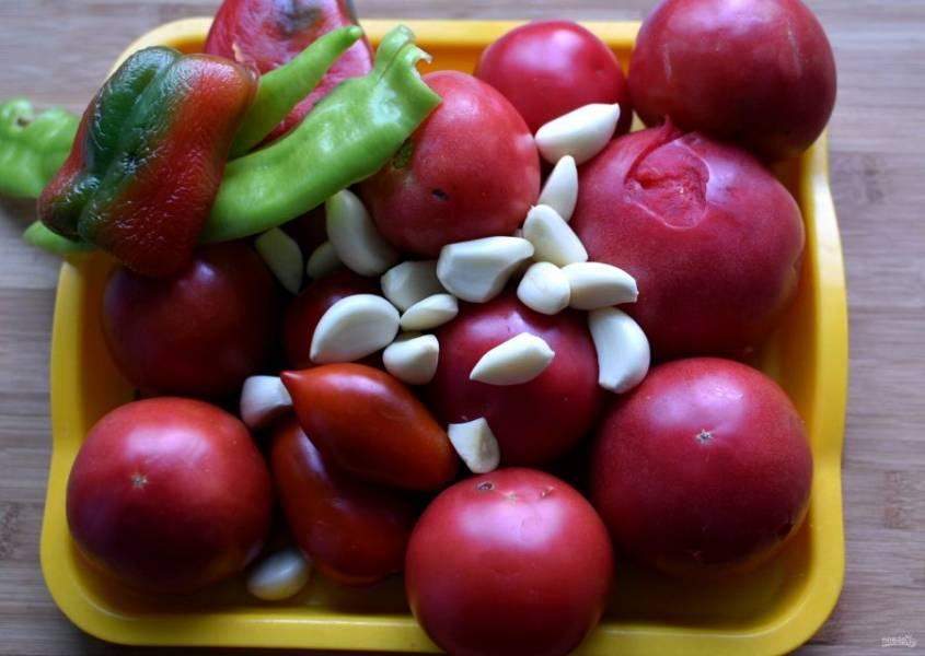 Помидоры, перец и чеснок почистите, хорошо промойте и обсушите. По желанию помидоры можно бланшировать и снять с них кожицу. Я оставляю.