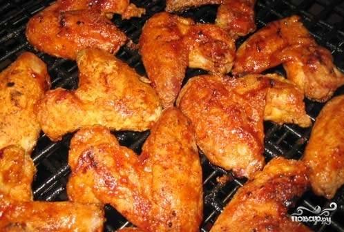 Крылышки обжарить на решетке или запечь в духовке.