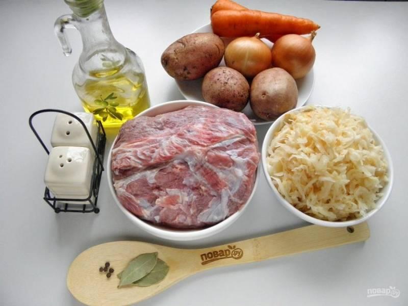1. Подготовьте продукты для супа, не спешите чистить овощи, сначала нужно сварить бульон. Капусту не нужно отжимать от рассола, даже наоборот, хорошо, если вместе с капустой вы вольете стаканчик мутного кислого рассола в процессе варки.