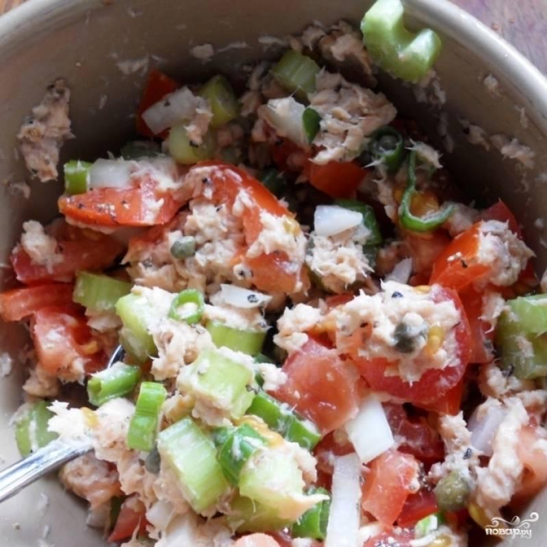 Заправляем салат майонезом, солим и перчим по вкусу.