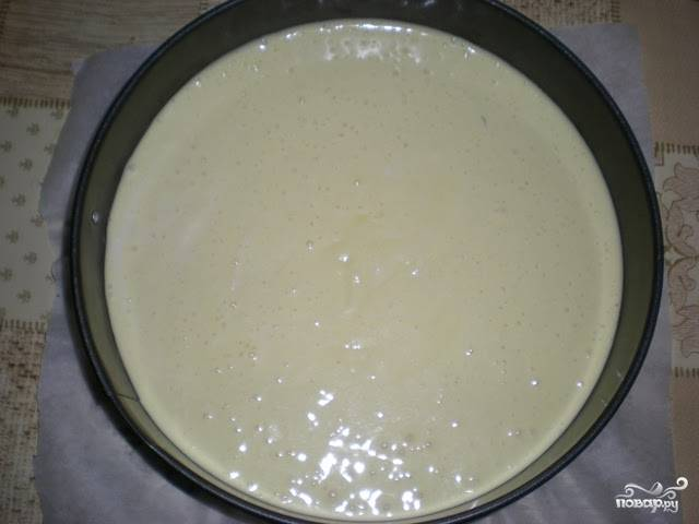 Первым делом вам нужно испечь бисквит. Для этого взбейте яйца с сахаром, ведите в них просяную с солью и разрыхлителем муку. Влейте в смесь тонкой струйкой, регулярно помешивая, горячее молоко с растопленным в нем сливочным маслом. Тесто перелейте в форму и выпекайте до готовности.