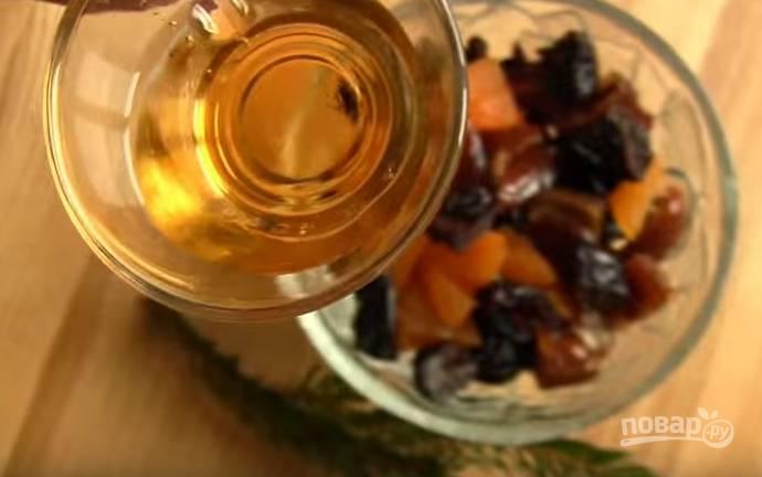 2. Сухофрукты залейте апельсиновым ликером на 30 минут.