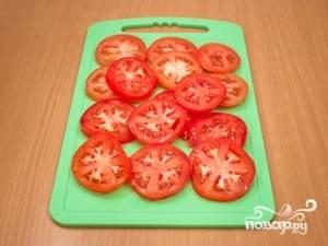 Пока баклажаны маринуются, помойте помидоры, нарежьте их кружочками. Почистите чеснок, мелко его нарежьте. Сыр натрите на некрупной тёрке.
