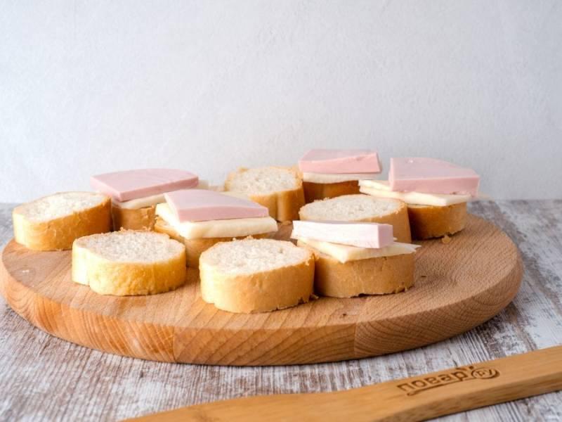 И сверху на сыр кусочек колбасы.