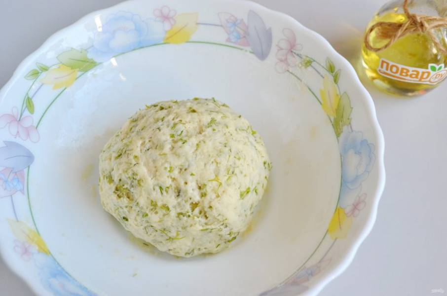 5. Замесите тесто, оно некрутое, жирное и пластичное.