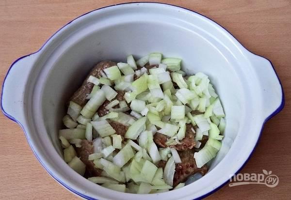 4. Переложите в кастрюлю, сотейник или другую удобную для тушения посуду. Добавьте измельченный лук.