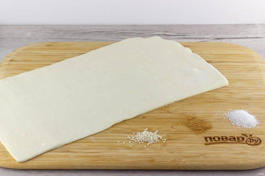 Тесто раскатайте в одну сторону, чтобы вытянулось примерно в 1,5-2 раза.
