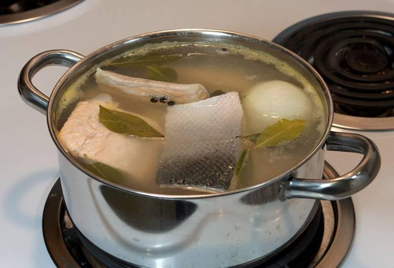 5. Выложить в кастрюлю филе. После закипания варить суп нужно недолго - около 7-10 минут.
