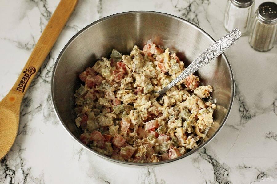 """Заправьте салат майонезом, добавьте соль по вкусу и хорошо перемешайте. Салат """"Зимняя встреча"""" готов."""