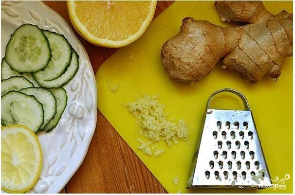 3. Имбирь очистите и натрите на маленькой терке. На данное количество коктейля необходима 1 столовая ложка натертого имбиря.