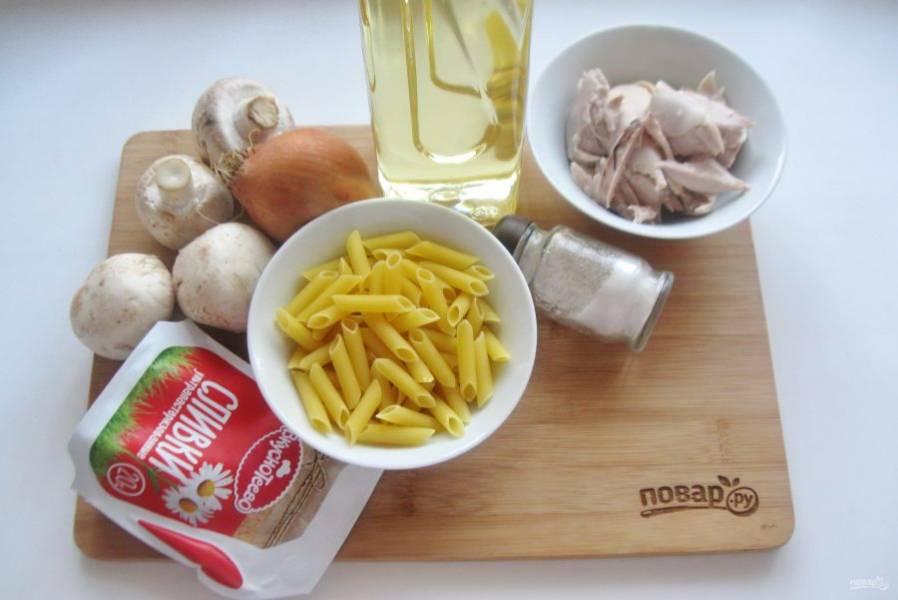 Подготовьте ингредиенты для приготовления макарон по-королевски.