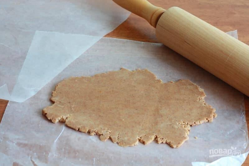 12.Выложите одну часть охлажденного теста между двумя листами пергамента и раскатайте в тонкий пласт.
