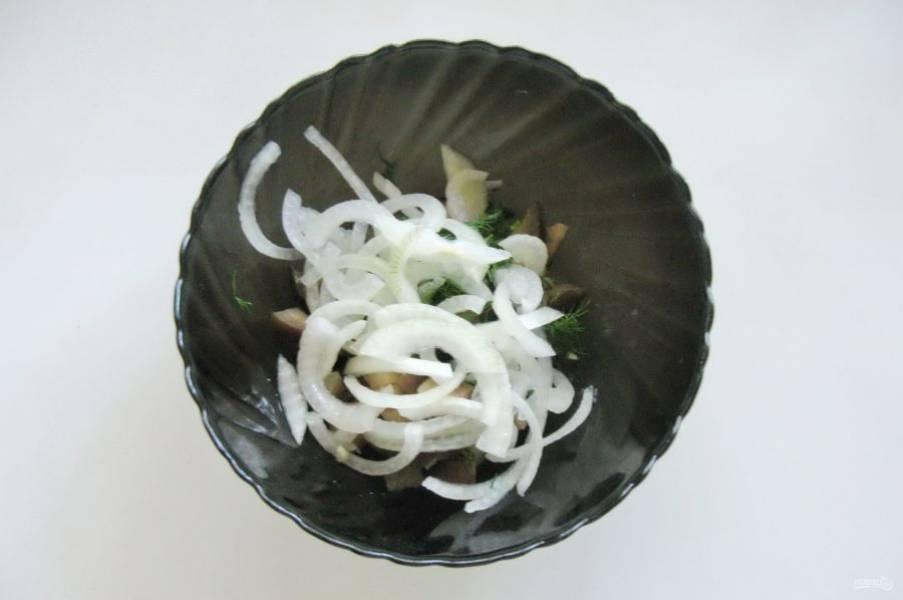 А также добавьте маринованный лук.