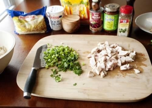 А так как ни один традиционный мексиканский рецепт любого блюда не обходится без зелени, то и зелень мы, естественно не забудем. Ее нужно мелко порезать, причем неважно какая зелень это будет.  И курицу, которая уже сварилась средними кусочками режем.