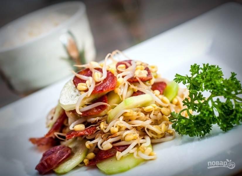 5.Салат в тайском стиле подаю порционно и украшаю веточкой петрушки, приятного аппетита!
