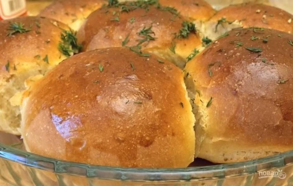 5. Для чесночной заливки смешайте измельченный чеснок, зелень, растительное масло и соль. Дайте настояться. Горячие пампушки смажьте чесночной заливкой. Приятного аппетита!