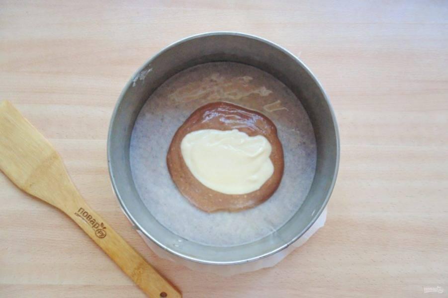 В форму для выпечки с пекарской бумагой выкладывайте поочередно светлое и темное тесто.