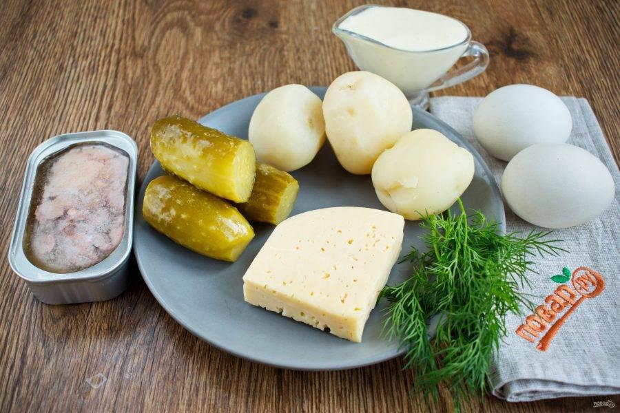 Подготовьте необходимые продукты. Отварные картофель и яйца очистите. Укроп вымойте, обсушите.