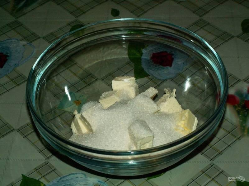 3. Добавляем сахар и перемешиваем с маргарином.