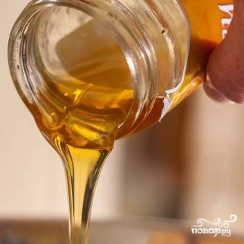 3. Перемешайте маринад, добавьте мед и еще раз перемешайте до однородной массы.