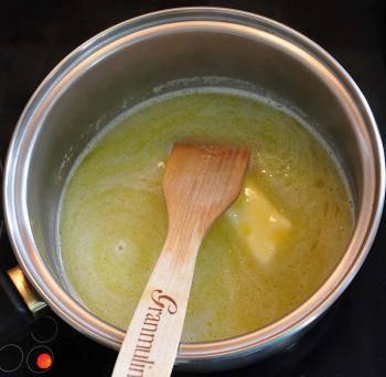 1. Заварное тесто готовится традиционным способом: растапливаем (но не кипятим!) маргарин.