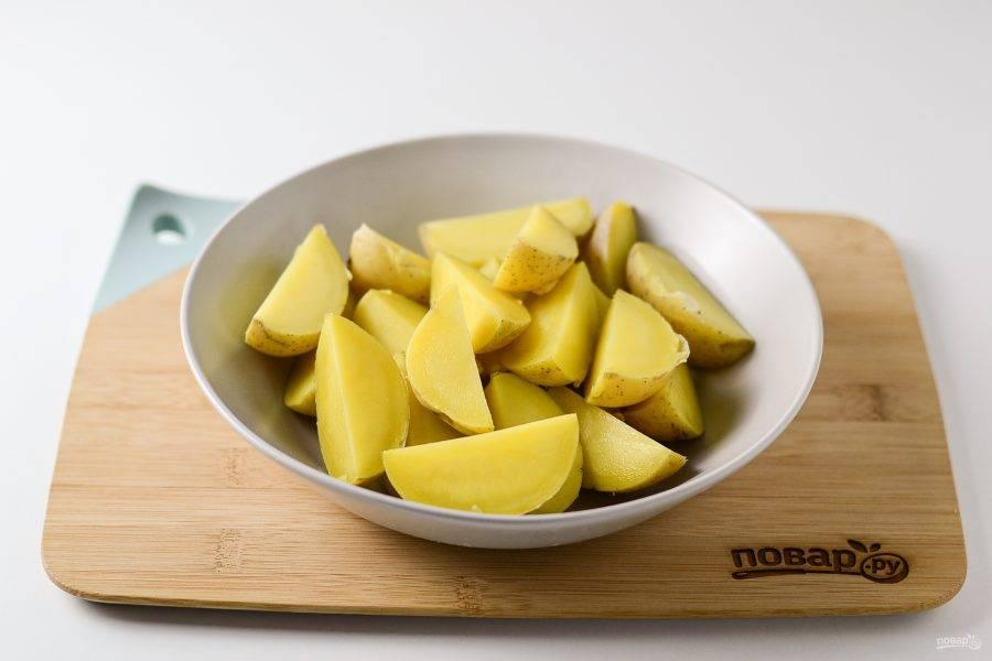 Слейте воду, картофель разрежьте на 2-4 части.