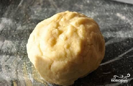 2. Скатайте его в шарик, заверните в пищевую пленку и уберите в холодильник примерно на полчасика.