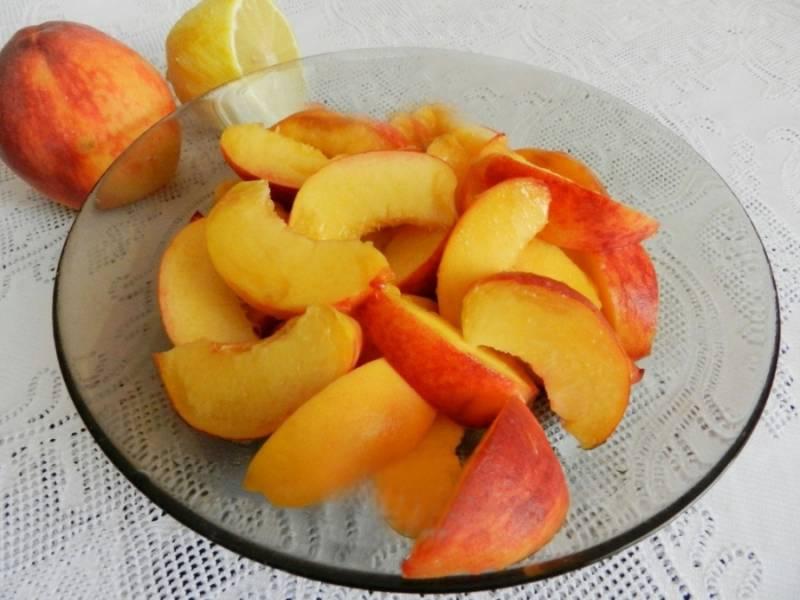 Персики тщательно моем, удаляем косточки и режем дольками.