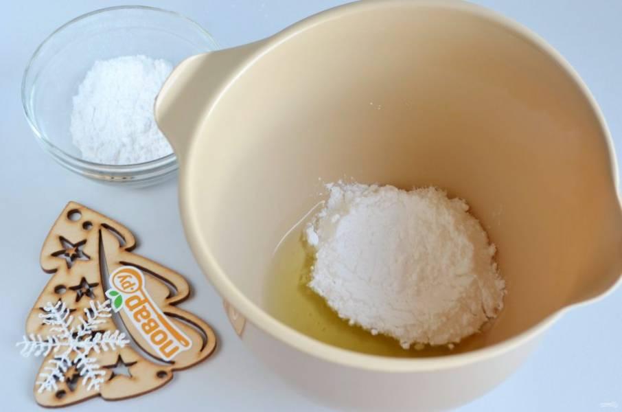 Отделите желтки от белков. Как правило, сахарной пудры используется по весу вдвое больше, чем белков (2:1). То есть, если один сырой белок от среднего куриного яйца весит 25-30 граммов, то сахара необходимо ровно в 2 раза больше – 50-60 граммов. В белки влейте лимонный сок и положите половину сахарной пудры. Начинайте миксером взбивать массу от минимальных оборотов, постепенно добавляя, переходя на максимальный режим.