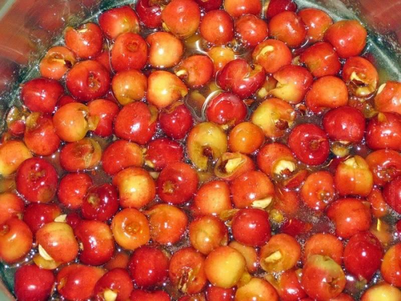 3. В стакане воды на огне топим килограмм сахара, ваниль и лимонный сок. Потом докладываем ягодки.