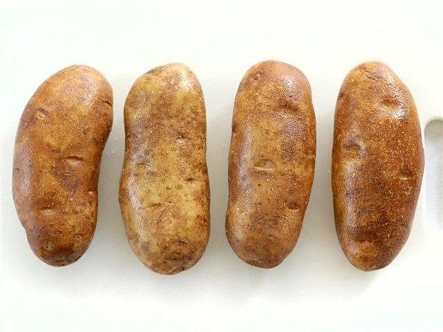 1.Помойте картофель и положите его на бумажные полотенца, проделайте в картофеле дырки с помощью вилки. Тщательно оботрите поверхность картофеля с помощью оливкового масла. Положите картофель на противень, посолите, поставьте противень в заранее разогретую до 200 градусов духовку и выпекайте в течение 45-60 минут.