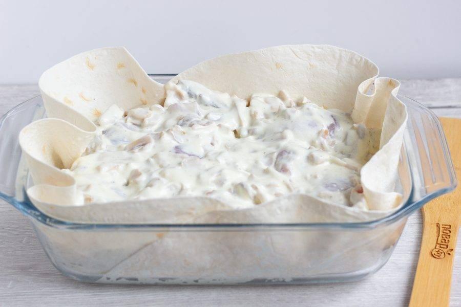 Выложите соус ровным слоем на голени и поставьте в разогретую до 180 градусов духовку на 45-50 минут.