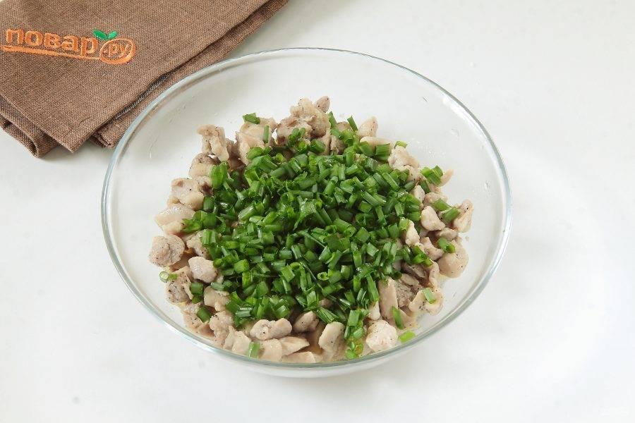 К еще горячей начинке добавьте нарезанный зеленый лук.