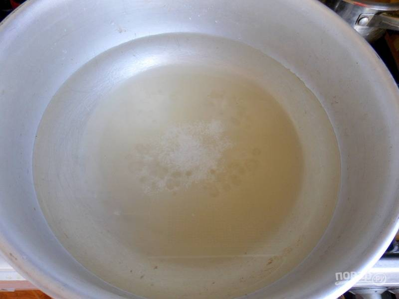 Налейте в таз воду, положите сахар и лимонную кислоту. Доведите до кипения.