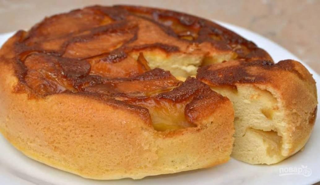7.Включите мультиварку, выставьте режим «Выпечка» и готовьте пирог в течение 50-60 минут. Приятного аппетита!