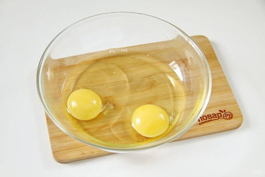 Яйца вымойте и разбейте в посуду, предназначенную для приготовления в микроволновой печи.