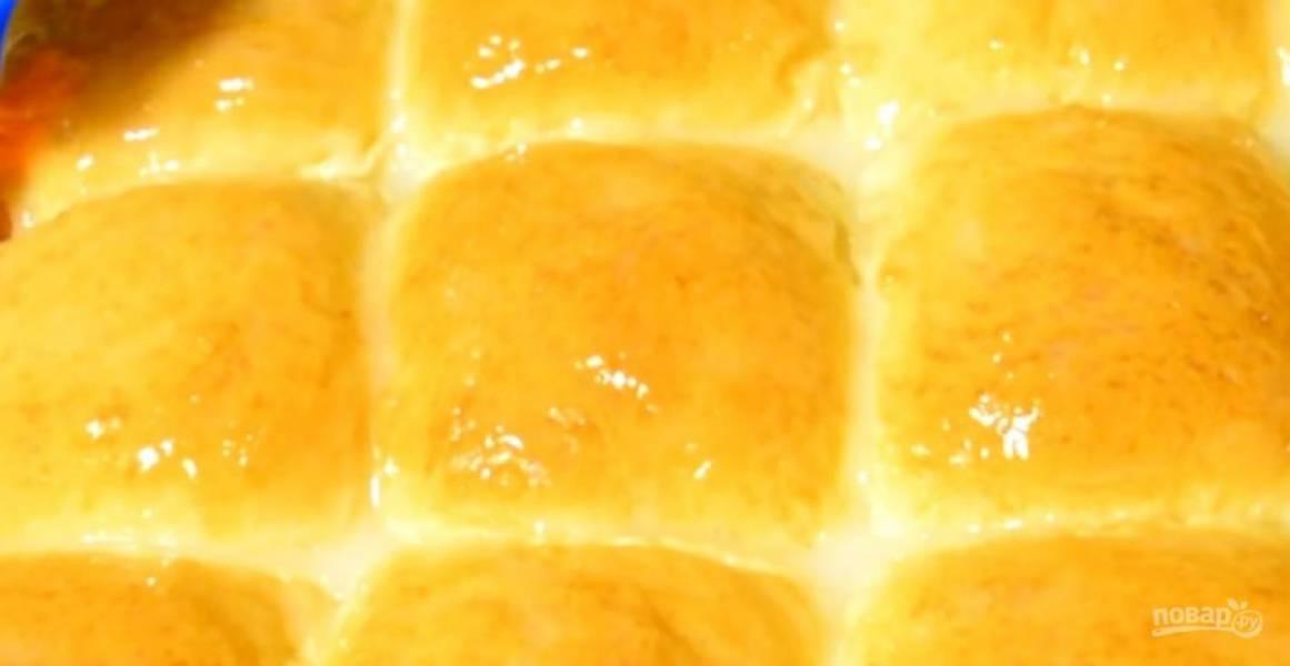 5.  Смажьте булочки взболтанным яйцом. Выпекайте в разогретой до 180 градусов духовке 25 минут — до румяности. Дайте булочкам остыть. Приятного аппетита!